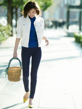 Combinar una mochila con cordón de paja marrón claro: Elige una chaqueta vaquera blanca y una mochila con cordón de paja marrón claro transmitirán una vibra libre y relajada. ¿Te sientes valiente? Usa un par de bailarinas de ante amarillas.