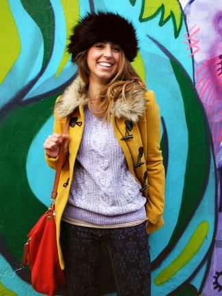 Cómo combinar: bolso bandolera de cuero rojo, vaqueros pitillo estampados azul marino, jersey de ochos violeta claro, abrigo con cuello de piel mostaza