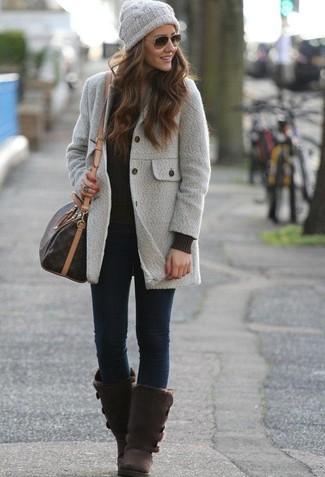 Cómo combinar: botas ugg en marrón oscuro, vaqueros pitillo azul marino, jersey de ochos negro, abrigo gris