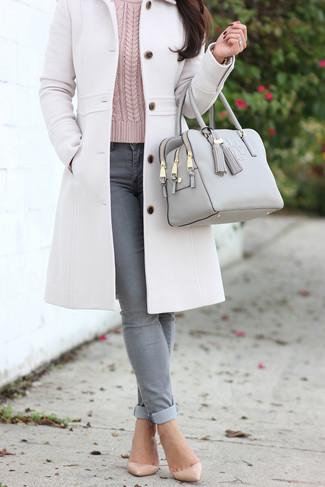 Cómo combinar: zapatos de tacón de cuero en beige, vaqueros pitillo grises, jersey de ochos rosado, abrigo blanco