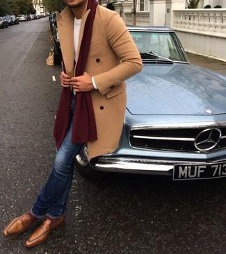 Combinar un mocasín de cuero marrón claro: Opta por un abrigo largo marrón claro y unos vaqueros pitillo azules para conseguir una apariencia relajada pero elegante. Agrega mocasín de cuero marrón claro a tu apariencia para un mejor estilo al instante.