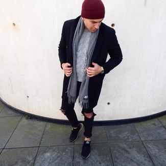Cómo combinar: tenis negros, vaqueros pitillo desgastados negros, jersey de ochos gris, abrigo largo negro