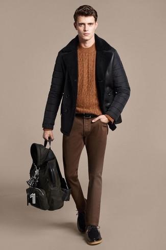 Cómo combinar: zapatos derby de cuero negros, vaqueros pitillo marrónes, jersey de ochos en tabaco, chaqueta de piel de oveja negra