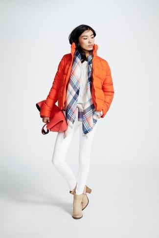 Cómo combinar: botines de cuero en beige, vaqueros pitillo blancos, jersey de ochos blanco, plumífero naranja
