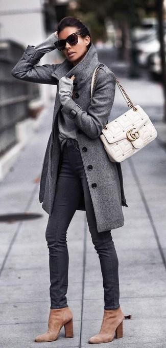 Cómo combinar: botines de ante marrón claro, vaqueros pitillo negros, jersey de pico gris, abrigo gris