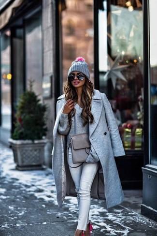 Cómo combinar: zapatos de tacón de ante rosa, vaqueros pitillo blancos, jersey de pico gris, abrigo gris
