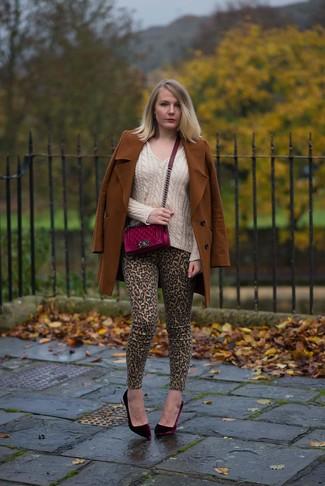 Cómo combinar: zapatos de tacón de terciopelo burdeos, vaqueros pitillo de leopardo marrón claro, jersey de pico en beige, abrigo en tabaco