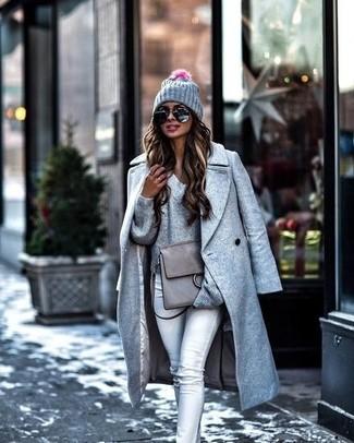 Cómo combinar: bolso de hombre de cuero gris, vaqueros pitillo grises, jersey de pico gris, abrigo gris