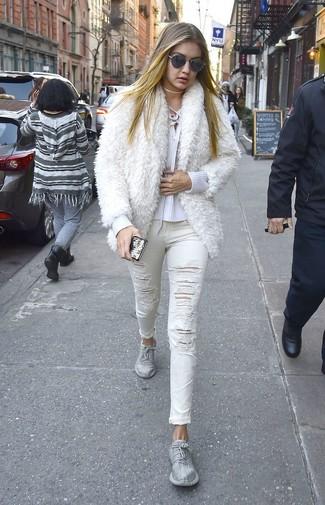 Cómo combinar: deportivas plateadas, vaqueros pitillo desgastados blancos, jersey de pico blanco, chaqueta de piel blanca