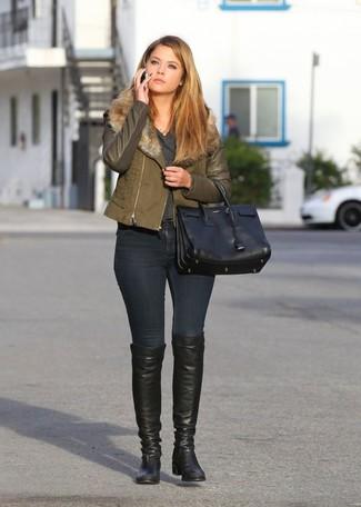 Cómo combinar: botas sobre la rodilla de cuero negras, vaqueros pitillo negros, jersey de pico en gris oscuro, chaqueta motera verde oliva