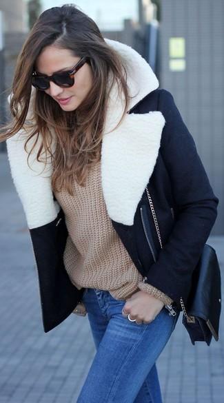 Cómo combinar: bolso bandolera de cuero negro, vaqueros pitillo azules, jersey oversized marrón claro, abrigo con cuello de piel en negro y blanco