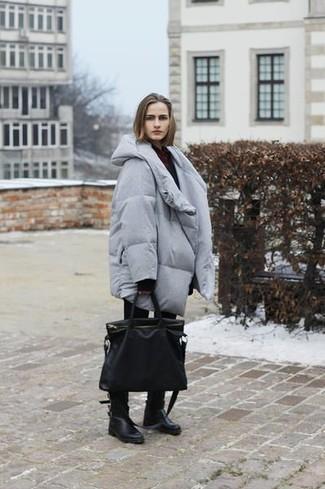 Cómo combinar: botas a media pierna de cuero negras, vaqueros pitillo negros, jersey oversized negro, abrigo de plumón gris