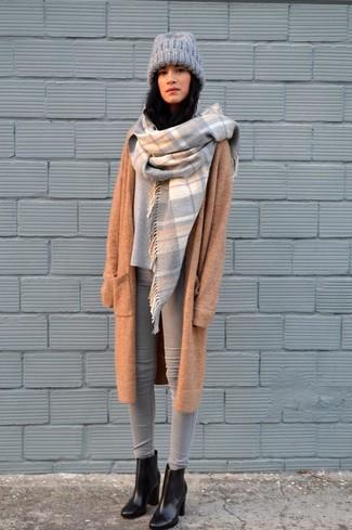 Cómo combinar: botines de cuero negros, vaqueros pitillo grises, jersey oversized gris, abrigo de punto marrón claro