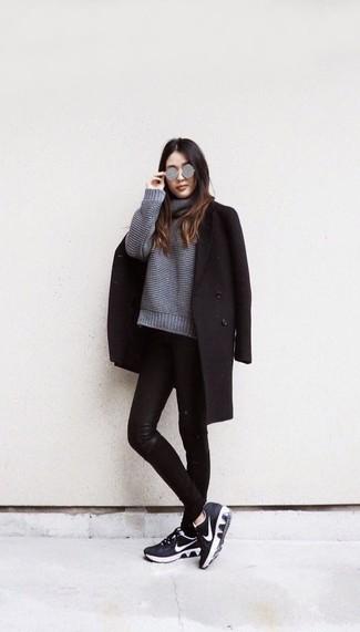 Cómo combinar: deportivas en negro y blanco, vaqueros pitillo de cuero negros, jersey oversized de punto gris, abrigo negro