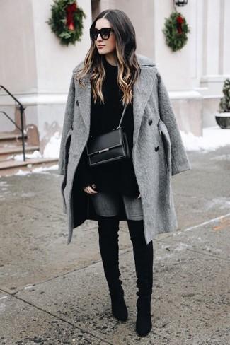 Cómo combinar: botas sobre la rodilla de ante negras, vaqueros pitillo grises, jersey oversized negro, abrigo gris