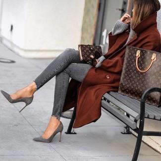 Cómo combinar: botines de ante grises, vaqueros pitillo desgastados grises, jersey oversized de punto gris, abrigo en tabaco