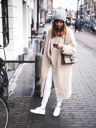 Cómo combinar: tenis de cuero blancos, vaqueros pitillo blancos, jersey oversized rosado, abrigo de forro polar en beige