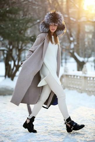Cómo combinar: botines de cuero con recorte negros, vaqueros pitillo en beige, jersey oversized blanco, abrigo gris