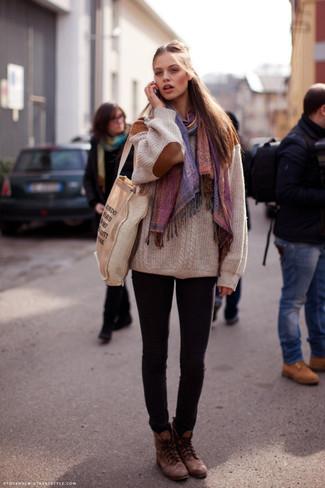 Cómo combinar: botas planas con cordones de cuero marrónes, vaqueros pitillo negros, jersey oversized de punto en beige, chal en multicolor