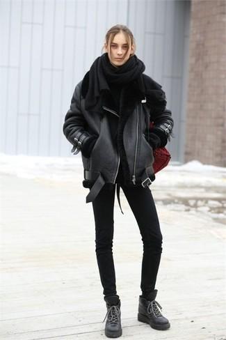 Cómo combinar: botas planas con cordones de cuero negras, vaqueros pitillo negros, jersey oversized negro, chaqueta de piel de oveja negra