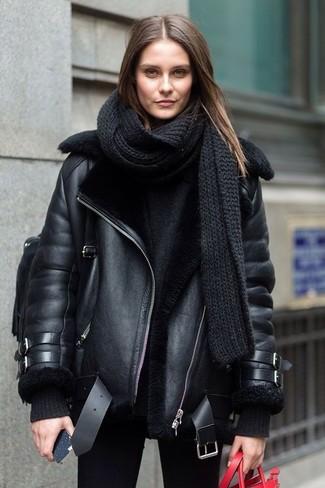 Cómo combinar: mochila de cuero negra, vaqueros pitillo negros, jersey oversized negro, chaqueta de piel de oveja negra