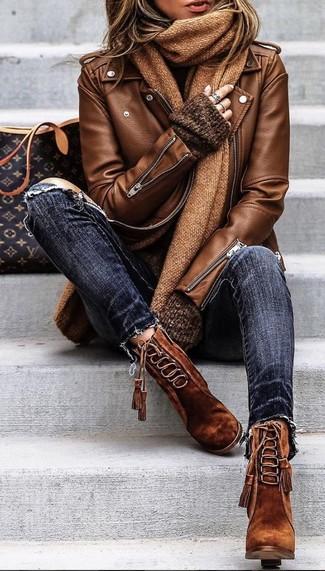 Cómo combinar: botines con cordones de ante marrónes, vaqueros pitillo desgastados azul marino, jersey oversized en marrón oscuro, chaqueta motera de cuero marrón