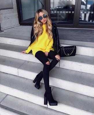 Cómo combinar: botines de ante negros, vaqueros pitillo desgastados negros, jersey oversized amarillo, chaqueta motera de cuero acolchada negra