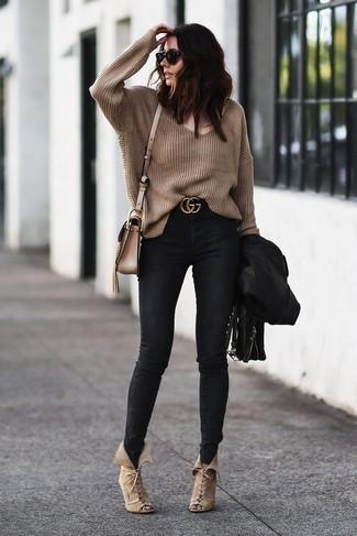 Cómo combinar: botines con cordones de ante en beige, vaqueros pitillo negros, jersey oversized marrón, chaqueta motera de cuero negra