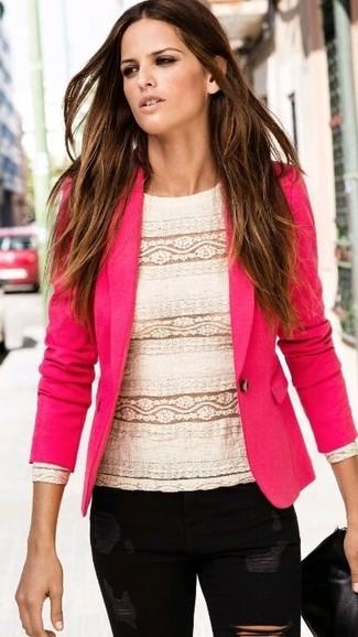 Cómo combinar: cartera sobre de cuero negra, vaqueros pitillo desgastados negros, blusa de manga larga de encaje blanca, blazer rosa