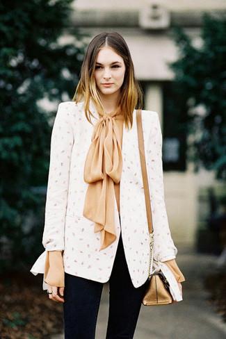 Cómo combinar: bolso bandolera de cuero dorado, vaqueros pitillo negros, blusa de manga larga de seda marrón claro, blazer blanco