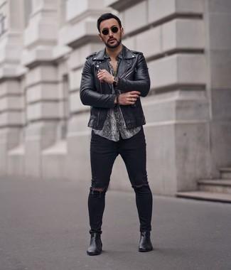 Cómo combinar: botines chelsea de cuero negros, vaqueros pitillo desgastados negros, camisa de manga corta con print de serpiente gris, chaqueta motera de cuero negra
