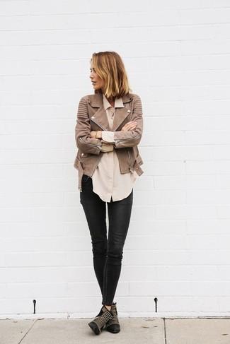Cómo combinar: botines de cuero con tachuelas negros, vaqueros pitillo de cuero negros, camisa de vestir en beige, chaqueta motera de cuero marrón