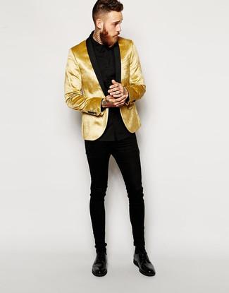 Cómo combinar: zapatos derby de cuero negros, vaqueros pitillo negros, camisa de vestir negra, blazer de terciopelo dorado