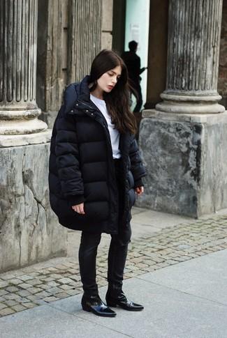 Cómo combinar: botines chelsea de cuero negros, vaqueros pitillo desgastados negros, camiseta con cuello circular blanca, abrigo de plumón negro