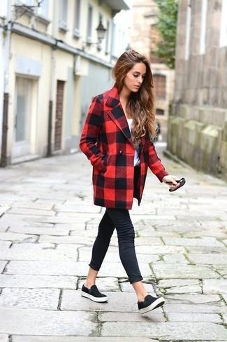 Cómo combinar: zapatillas slip-on de ante negras, vaqueros pitillo negros, camiseta con cuello circular blanca, abrigo a cuadros en rojo y negro