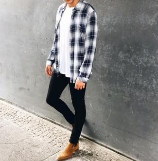 Cómo combinar: botines chelsea de ante marrón claro, vaqueros pitillo negros, camiseta con cuello circular blanca, camisa de manga larga de tartán en blanco y azul marino