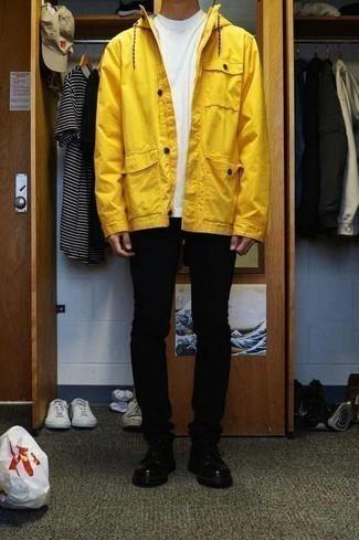 Outfits hombres en clima frío: Una parka amarilla y unos vaqueros pitillo negros son una opción grandiosa para el fin de semana. ¿Te sientes valiente? Haz zapatos derby de cuero negros tu calzado.