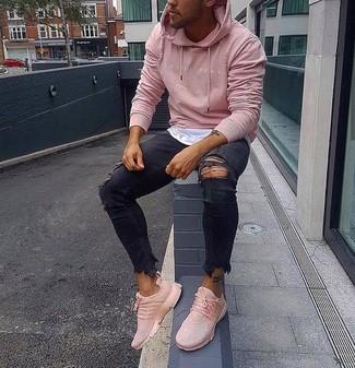 Cómo combinar: deportivas rosadas, vaqueros pitillo desgastados negros, camiseta con cuello circular blanca, sudadera con capucha rosada