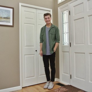 Moda para hombres adolescentes: Intenta ponerse una camisa de manga larga verde oscuro y unos vaqueros pitillo negros para un look diario sin parecer demasiado arreglada. Tenis de ante estampados grises son una opción buena para complementar tu atuendo.