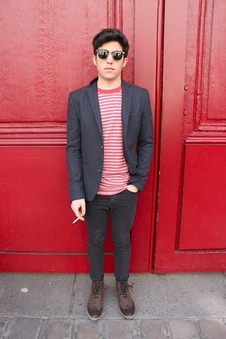 Cómo combinar: botas brogue de cuero en marrón oscuro, vaqueros pitillo negros, camiseta con cuello circular de rayas horizontales en blanco y rojo, blazer de lana en gris oscuro