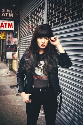 Cómo combinar: tirantes negros, vaqueros pitillo negros, camiseta con cuello circular estampada en gris oscuro, chaqueta motera de cuero negra