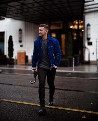 Combinar una chaqueta varsity en azul marino y blanco en otoño 2020: Una chaqueta varsity en azul marino y blanco y unos vaqueros pitillo negros son una opción perfecta para el fin de semana. Complementa tu atuendo con botas casual de cuero negras para mostrar tu inteligencia sartorial. Este atuendo es excelente para llevarlo en días en otoño y fácil de copiar.