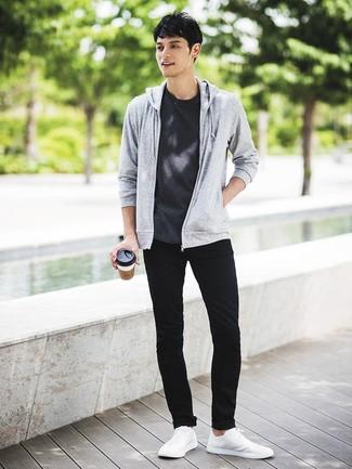 Cómo combinar: tenis blancos, vaqueros pitillo negros, camiseta con cuello circular en gris oscuro, sudadera con capucha gris