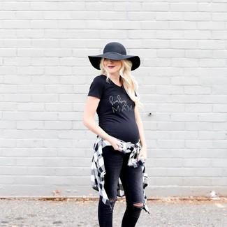 Cómo combinar: sombrero de lana negro, vaqueros pitillo desgastados negros, camiseta con cuello circular estampada en negro y blanco, camisa de vestir a cuadros en blanco y negro