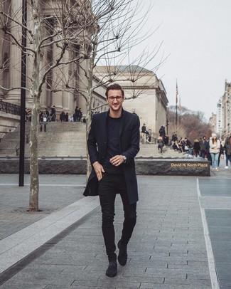 Cómo combinar: botines chelsea de ante negros, vaqueros pitillo negros, camiseta con cuello circular negra, abrigo largo negro