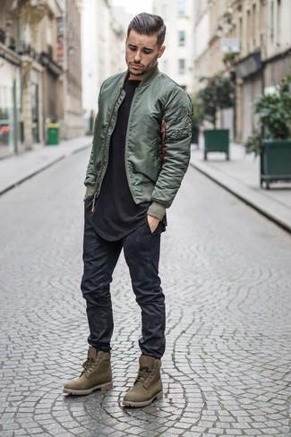 Cómo combinar: botas de trabajo de ante verde oliva, vaqueros pitillo negros, camiseta con cuello circular negra, cazadora de aviador verde oliva