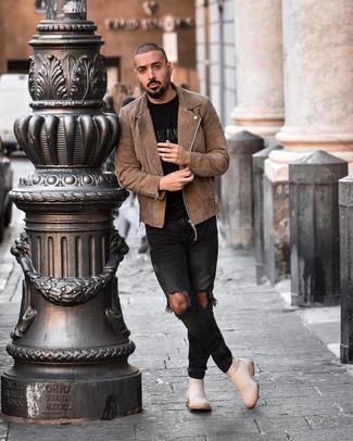 Cómo combinar: botines chelsea de ante en beige, vaqueros pitillo desgastados negros, camiseta con cuello circular estampada negra, chaqueta motera de ante marrón