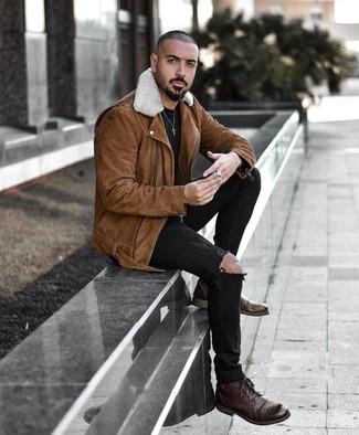 Cómo combinar: botas casual de cuero en marrón oscuro, vaqueros pitillo desgastados negros, camiseta con cuello circular negra, chaqueta motera de ante marrón