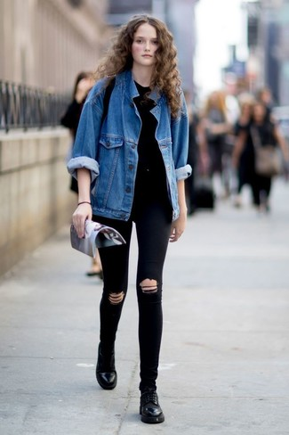 Combinar una chaqueta vaquera azul: Emparejar una chaqueta vaquera azul con unos vaqueros pitillo desgastados negros es una opción estupenda para el fin de semana. Complementa tu atuendo con zapatos oxford de cuero negros para destacar tu lado más sensual.