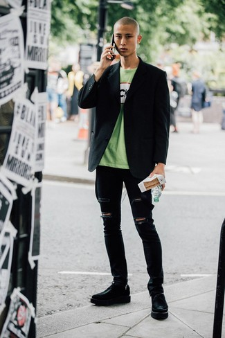 Cómo combinar: zapatos derby de cuero gruesos negros, vaqueros pitillo desgastados negros, camiseta con cuello circular estampada verde, blazer negro